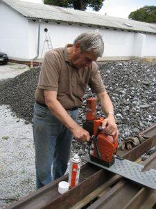 16.08.2007 Unser Dampflokspezialist Werner Klug beim Bohren von Original-Dampfloktrittbrettern (!). Die Trittbretter wurden sandgestrahlt und neu grundiert. Diese Trittbretter wurden durch Zufall auf dem HEV-Vereinsgelände als Dacheindeckung eines Gasflaschenlagers entdeckt!