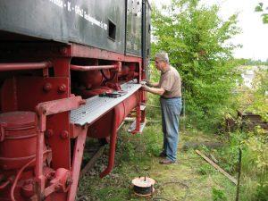 16.08.2007 Werner Klug beim Einpassen der restaurierten Trittbretter. Die alten waren in sehr schlechtem Zustand und mussten entfernt werden.