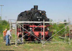 28.04.2007 Aufbau des Gerüstes um die Lok